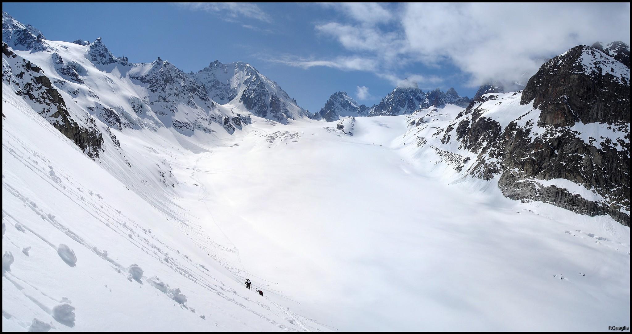 Christian arrivent. La neige qui a chauffé fait de gros rouleaux qui ...